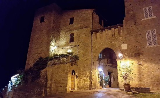 Paciano, Italy: Locanda Manfredi di sera.