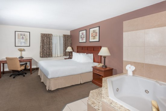 Tuscola, IL: King Hot Tub Suite