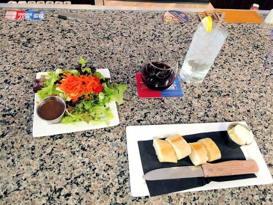 Mebane, Carolina del Norte: salad and awesome bread