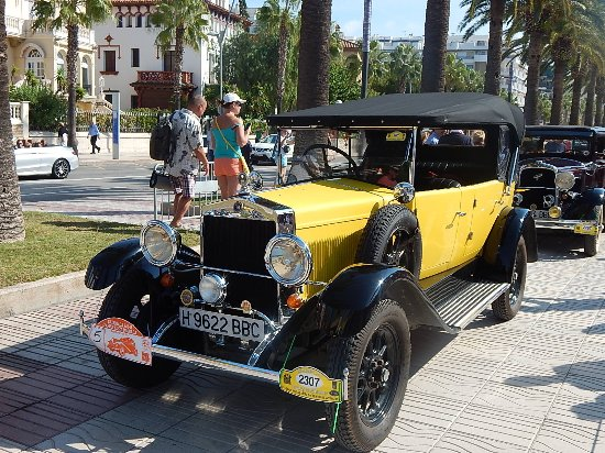 H10 Salauris Palace: Classic Car Rally on Ramblas at Salou.