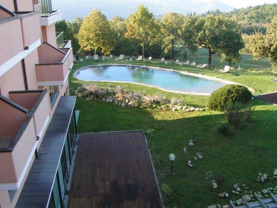 Pratolino, Włochy: vue terrasse sur piscine extérieur