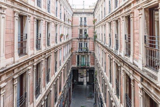 Hotel Rialto: Vårt rum vette mot innergård/gata utan trafik. Fina franska balkonger.