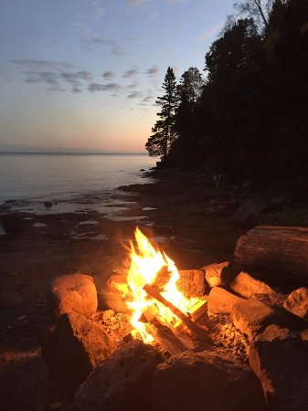 Gooseberry Park Cottages and Motel: We loved the fire pit on the rocks. What a view!!