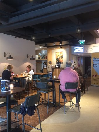 Bussum, The Netherlands: De kassa en zitjes bij de bar. De drankjes mogen mee de bioscoop in!
