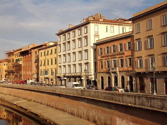 Royal Victoria Hotel: View of hotel from the bridge crossing Arno River