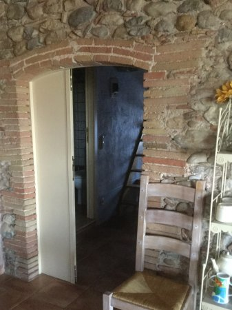 Vilanant, Hiszpania: View of a kitchen corner leading to a bedroom.