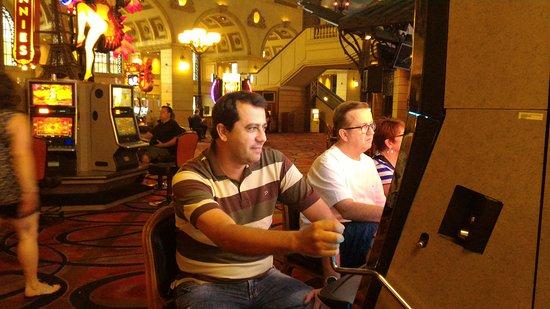 Paris Las Vegas: Minha foto apostando na maquina do cassino