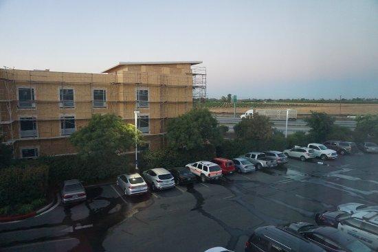 Hampton Inn & Suites - Merced : Blick auf eine Baustelle und den Highway