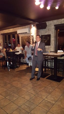 Astoria, Nova York: State Senator Mike Gennaris speaks at an OANA event