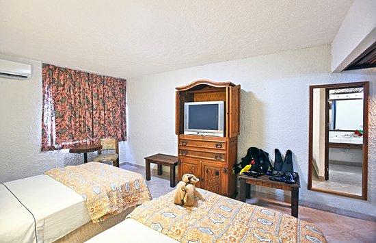 Casa Del Mar Cozumel Hotel & Dive Resort: Basic Standard Room (Parking view)/ Estándar básica (vista al estacionamiento)