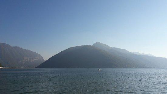 Melide, Svizzera: Il lago accanto al parco