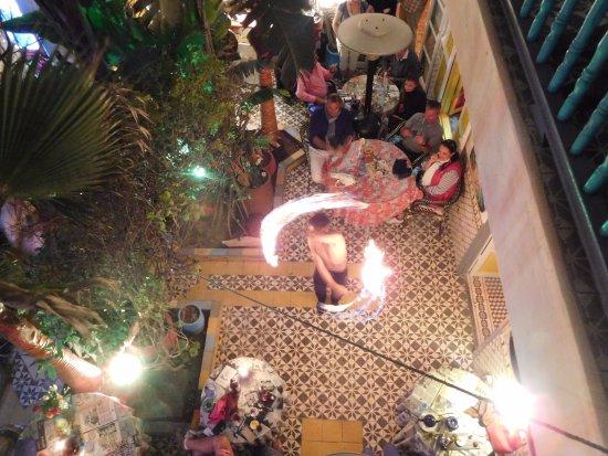 Caravane Cafe: Performance de malabarista com fogo