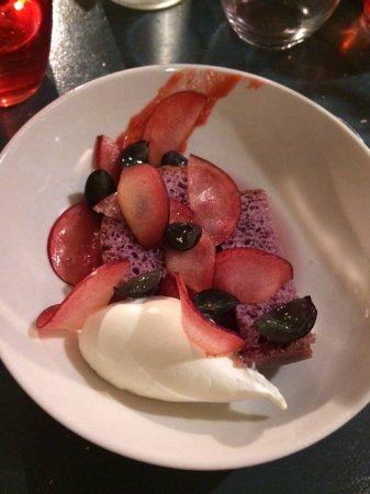 Aramon, Francia: Baba au rhum, prunes et raisins, crème fouettée.