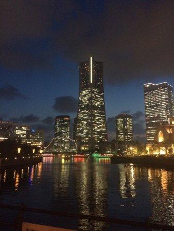Minato Mirai 21: 横浜市みなとみらい21、夜景はとても綺麗です。私は一人旅で健康ランドにあるカプセルホテルに泊まりましたがこの街はでちらかというとカップル達の街ですね。