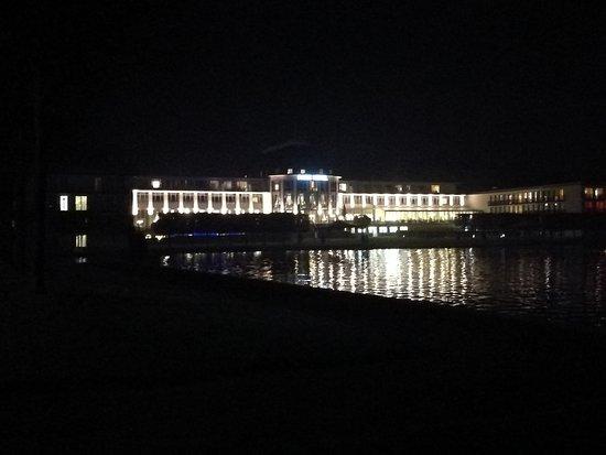 Dorint Park Hotel Bremen: Blick aus Richtung Innenstadt auf das Hotel bei Nacht.