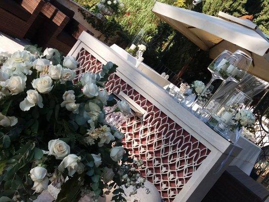Castrocielo, Italy: addobbi floreali in prossimità della piscina con tavolo confettata