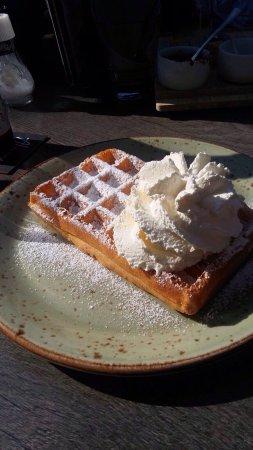 Veere, The Netherlands: Heerlijke Brusselse wafel met slagroom