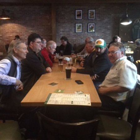 Prince George, Canadá: Pub group at long table
