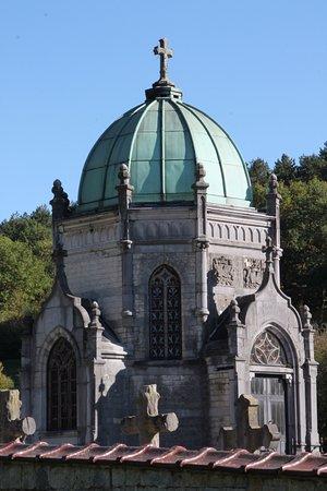 Mausolee de Vierves: het kerkhof ligt even buiten het dorp en is ommuurd