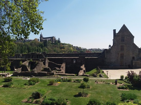 Fougeres, France: Insidse the Chateau looking across the lawns