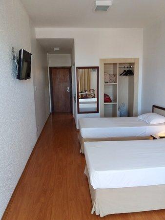 Hotel Opala Estacao : Suíte ampla. Ideal para quem está a trabalho, pois tem uma mesa para trabalhar.