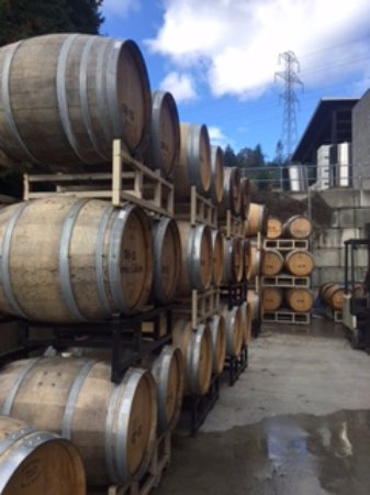 Duncan, Canadá: Wine barrels and part of outdoor displays.