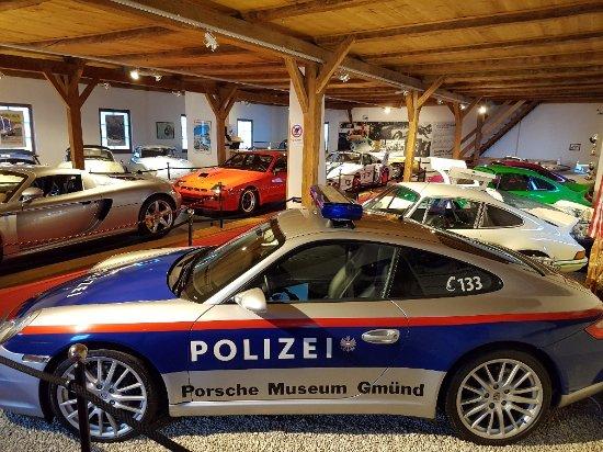 Gmund, Østrig: Automobili in esposizione al piano superiore