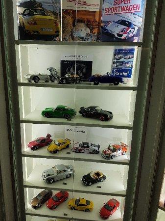 Gmund, Østrig: Modellini di automobili in esposizione al piano inferiore