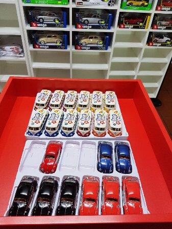 Porsche Automuseum: Modellini di automobili in esposizione al piano inferiore
