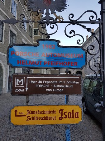 Porsche Automuseum: Segnaletica per il museo