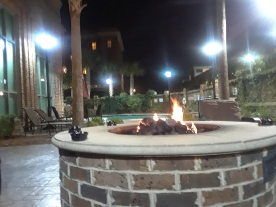 Embassy Suites by Hilton Savannah: Outdoor fire pit
