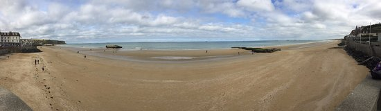Arromanches-les-Bains, Francia: Panoramic view of town from beach during low tide