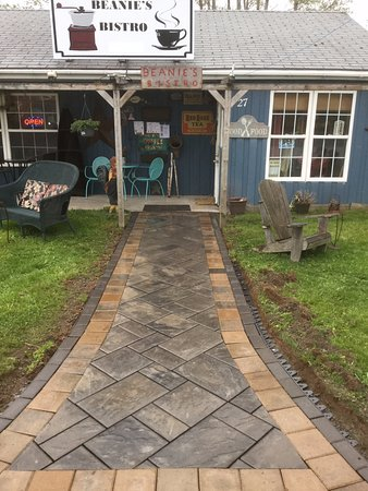 Sherbrooke, Kanada: This new walkway was a lovely gift from our friends at Greene-Lynch Landscaping. Thanks guys!