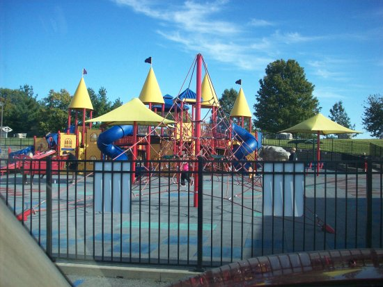 Cape Girardeau, Миссури: Melaina's Magical Playland from lower parking lot.