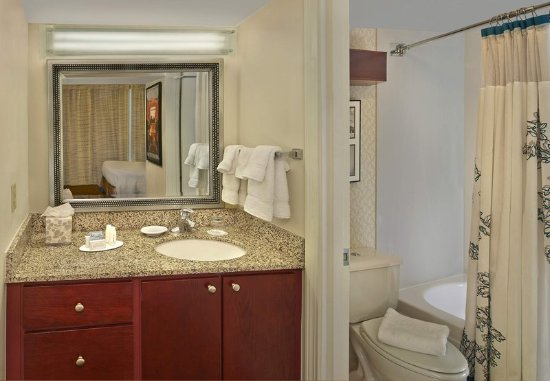 Tewksbury, ماساتشوستس: Suite Bathroom