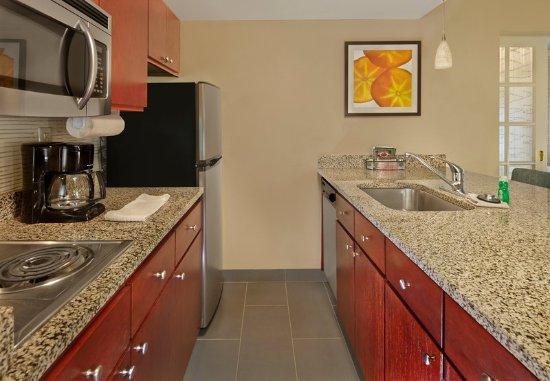 Tewksbury, ماساتشوستس: Two-Bedroom Suite - Kitchen