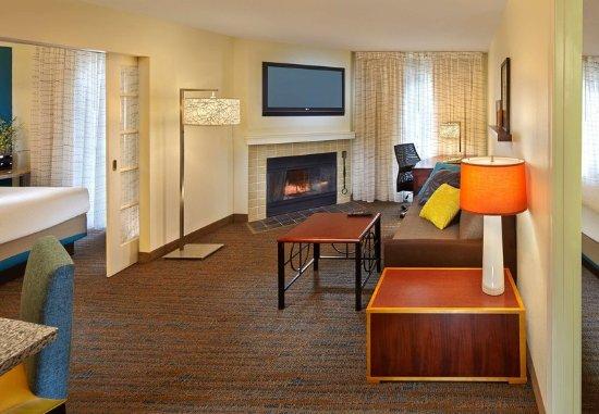 Tewksbury, ماساتشوستس: Two-Bedroom Suite - Living Room