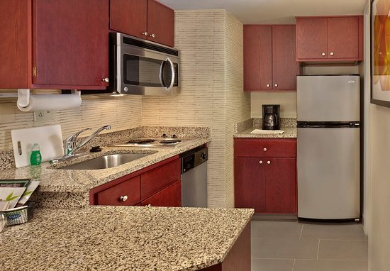 Tewksbury, ماساتشوستس: One-Bedroom Suite - Kitchen