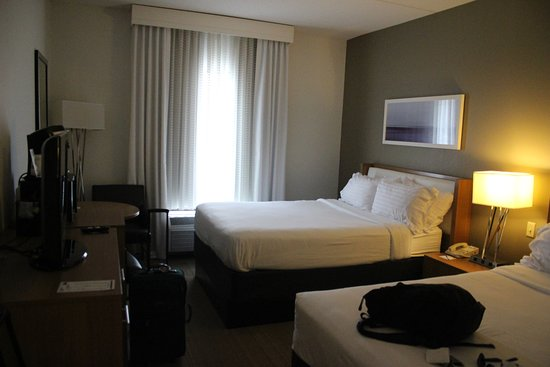 Holiday Inn Express Hotel & Suites New Orleans Airport South: Beds and dresser
