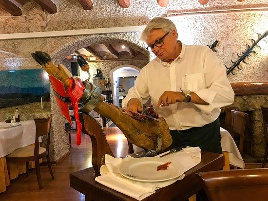 Lavern, İspanya: Fun to watch this server slice the thin ham