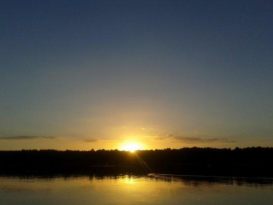 Wusterhausen, Alemania: Sonnenuntergang am Ufer von Bantikow über dem Untersee bei Kyritz
