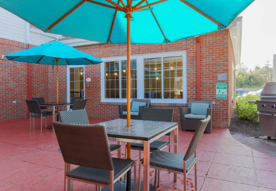 Woodbridge, VA: Patio Seating and Grill