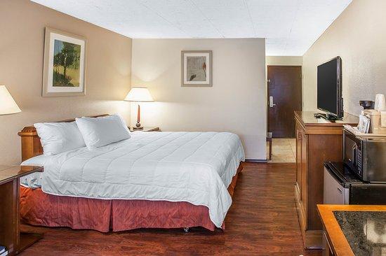 Okanogan, WA: Guest room with king bed