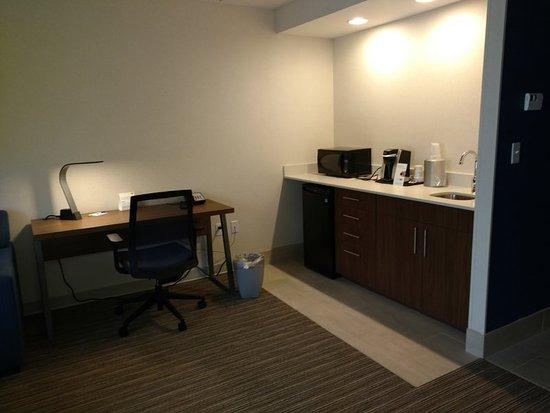 Woonsocket, RI: King Executive Suite Kitchenette