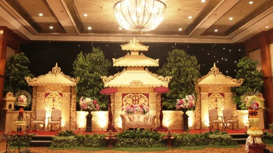 Tiara ballroom wedding decoration picture of crowne plaza hotel crowne plaza hotel jakarta tiara ballroom wedding decoration junglespirit Gallery