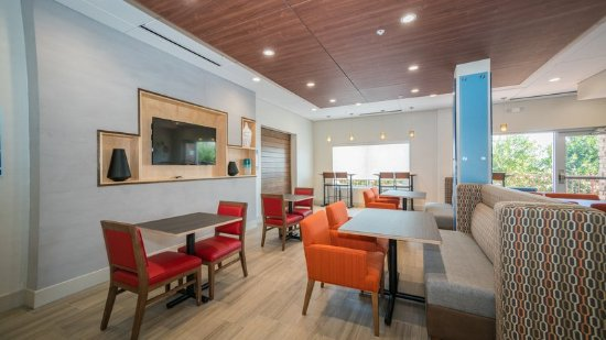 Holiday Inn Express & Suites - Southaven Breakfast Area