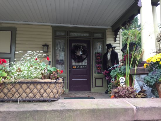 Manheim Manor Victorian Bed and Breakfast: Decorated for Halloween!