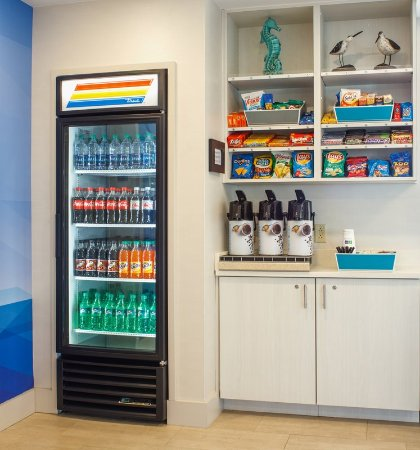 Holiday Inn Express Nags Head Oceanfront: Grab a snack or beverage from our 24/7 gift shop.