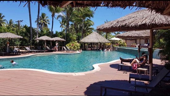 Outrigger Fiji Beach Resort: adults only pool and swim-up bar