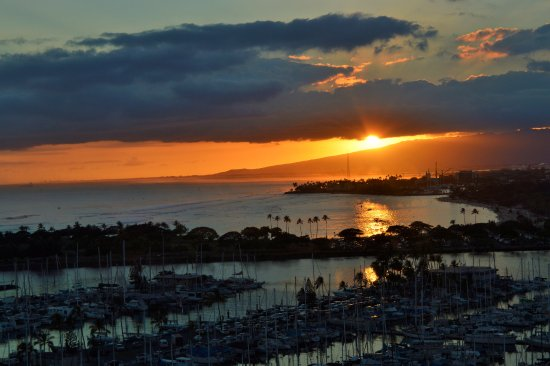 Ilikai Hotel & Luxury Suites: Sunset over the marina